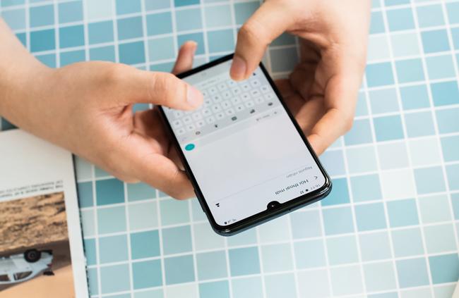 tren tay smartphone tam trung galaxy a50 voi 3 camera mat sau hinh anh 6