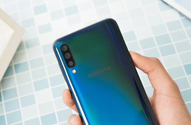 tren tay smartphone tam trung galaxy a50 voi 3 camera mat sau hinh anh 9