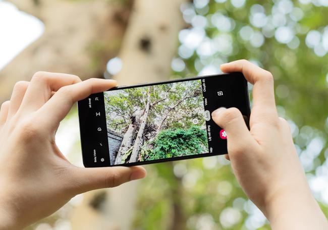 tren tay smartphone tam trung galaxy a50 voi 3 camera mat sau hinh anh 13