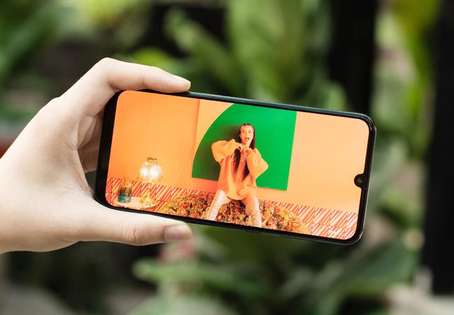 tren tay smartphone tam trung galaxy a50 voi 3 camera mat sau hinh anh 14