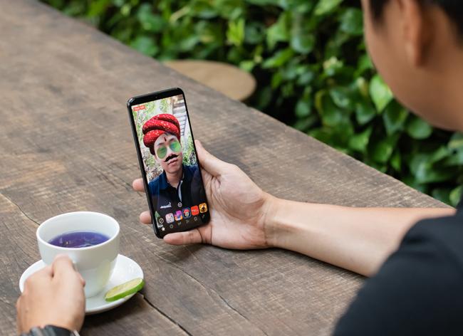 tren tay smartphone tam trung galaxy a50 voi 3 camera mat sau hinh anh 16