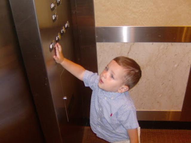 10 điều cha mẹ cần dạy con khi đi thang máy một mình
