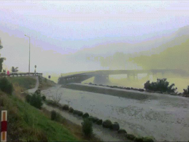 Video: Cầu bắc qua sông bị thổi bay trong chốc lát ở New Zealand