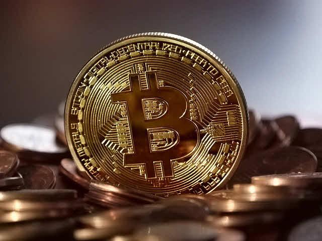 Nhà đầu tư hoảng loạn vì bitcoin lao dốc mạnh, các loại tiền khác ngập trong sắc đỏ