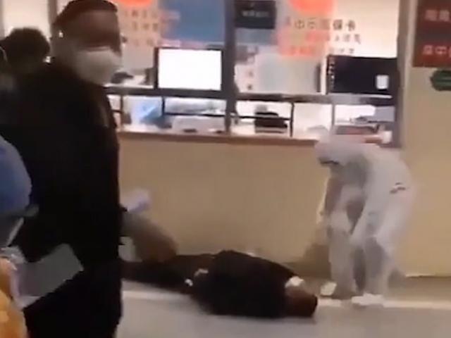 Tâm dịch Vũ Hán: Bệnh viện quá tải, người nghi nhiễm đổ gục giữa đường như xác sống