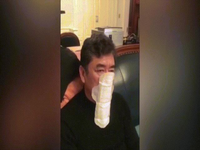 """Video: Người đàn ông TQ dùng băng vệ sinh bịt mặt tránh virus Vũ Hán vì """"quá tuyệt vọng"""""""