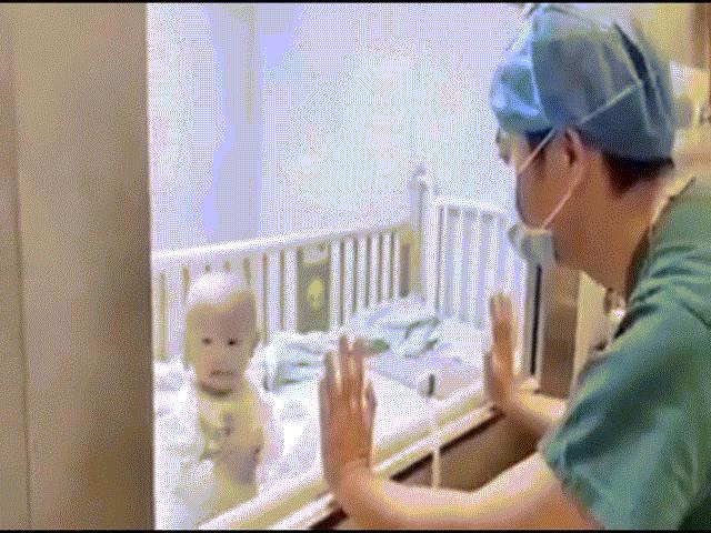 Video: Con trai 9 tháng bị cách ly đòi bế, ông bố bất lực quay lưng bật khóc