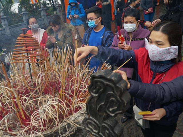 Đền chùa ở Hà Nội vắng vẻ, người dân đeo khẩu trang kín mít đi lễ
