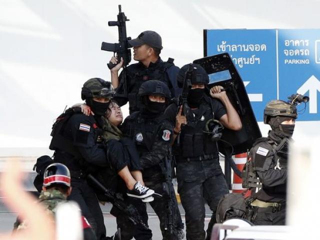 Chùm ảnh: Cảnh sát, quân đội Thái căng mình đối phó kẻ xả súng, sơ tán người dân
