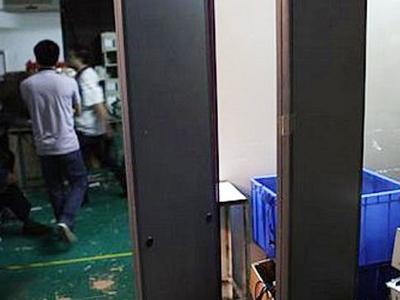 Nhà máy này còn có cả cửa an ninh, ai ra vào đều bị máy