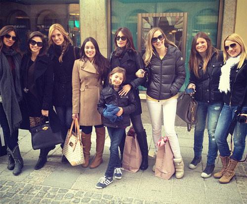 Nhóm vợ cầu thủ của Real cùng đi mua sắm và ăn hàng khi tới Munich.