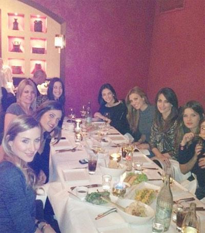 Các cô vợ cầu thủ Real thích thú với nhà hàng Việt ở Munich.