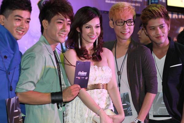 Quỳnh Chi chụp ảnh cùng các thành viên nhóm nhạc La Thăng.