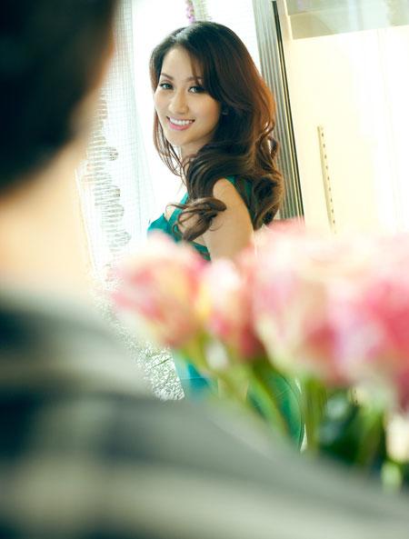 Khánh Thi thể hiện niềm vui trong ánh mắt và nụ cười.