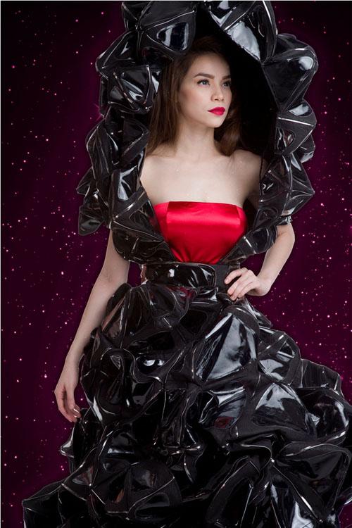 Trang phục này được thiết kế bởi Công Trí, làm hoàn toàn từ da, được kết với nhau bởi khung sắt ở bên trong.