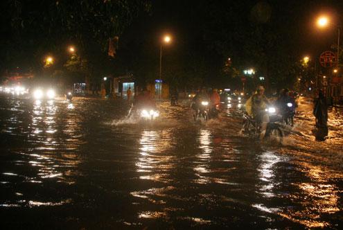 Trận mưa lớn bắt đầu lúc 18h30 kéo dài tới hơn 21h mới ngớt đã khiến nhiều tuyến phố ngập nặng.