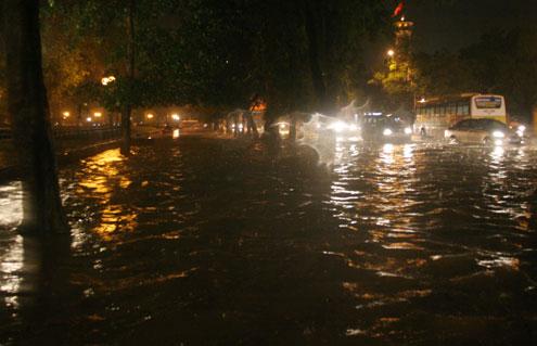 Không chỉ lòng đường mà cả vỉa hè phố Điện Biên Phủ - Nguyễn Tri Phương đều ngập