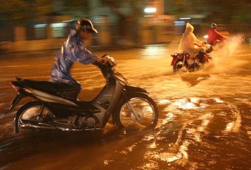 Mưa lớn đã khiến nhiều xe máy, ôtô hỏng khi đi vào các đoạn ngập sâu.
