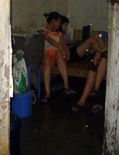 Nước cũng tràn cả vào khu nhà trọ ở làng Triều Khúc (Thanh Xuân) khiến các sinh viên phải chạy đồ đạc lên cao.