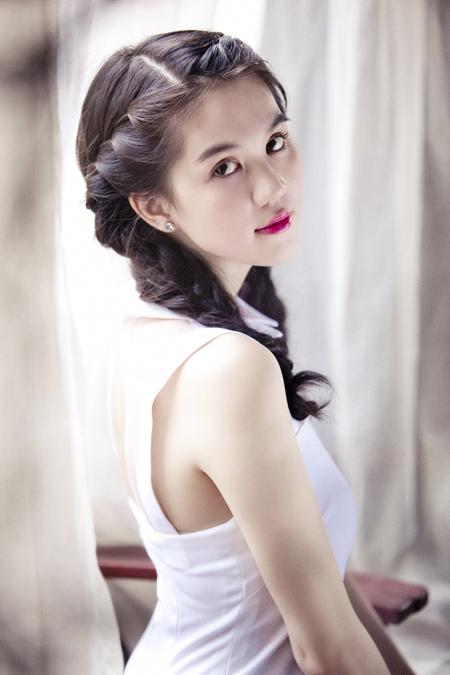 Ngày 25/5, tại TP HCM, Ngọc Trinh cùng nhiều nghệ sĩ tham dự đêm trình diễn thời trang, chiếu phim và đấu giá từ thiện
