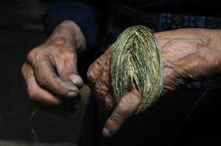 Sợi lanh phải được nối dài và tuốt đều vì nó liên quan đến công đoạn dệt sau này.