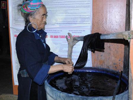 Nhuộm để có màu chàm truyền thống của dân tộc Mông đen Sa Pa.