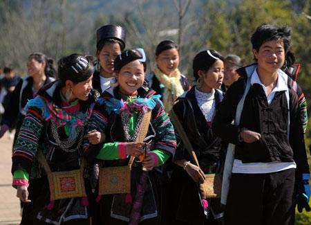 Từ cây lanh, những người phụ nữ đảm đang đã tạo nên những bộ quần áo thổ cẩm đẹp mắt, bền chắc.