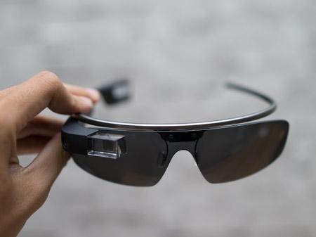 Google Glass có thiết kế khá đơn giản với gọng kính và mặt kính có thể tháo rời.