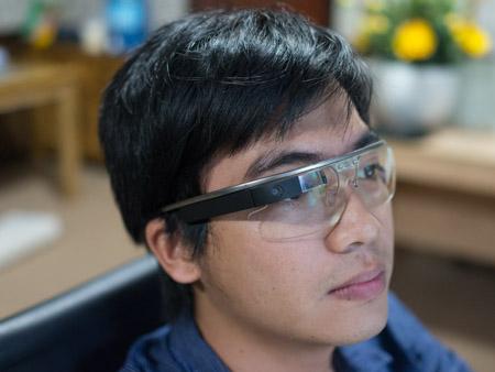 Kính khi được đeo khá thoải mái, người dùng có thể tháo rời mặt kính hoặc thay đổi cho phù hợp.