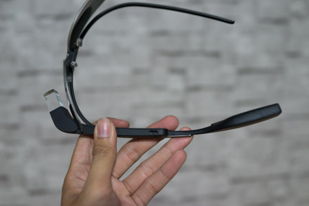Phần thân chính của kính chứa các mạch điện tử, cổng microUSB.