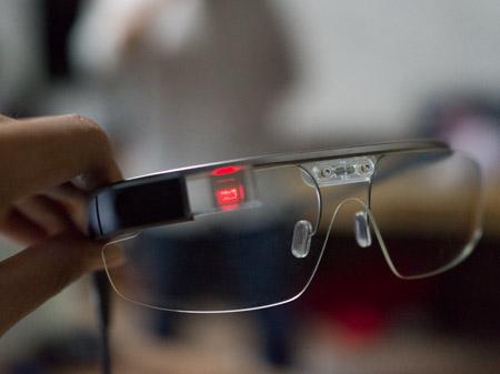 Khi tắt, phần hiển thị màn hình là một lớp kính mờ nằm được đặt chéo so với lăng kính.