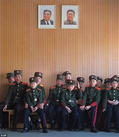 Ngoài các môn quân sự, các bạn nhỏ còn được học thêm nhiều môn văn hóa. Ảnh: AP