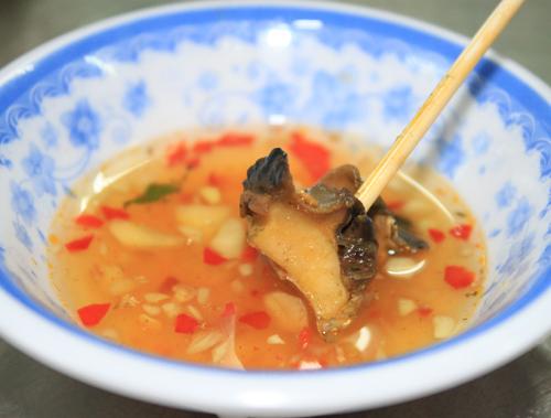 Món ăn thêm đậm đà và thơm ngon khi được ăn kèm với chén nước chấm mắm gừng.