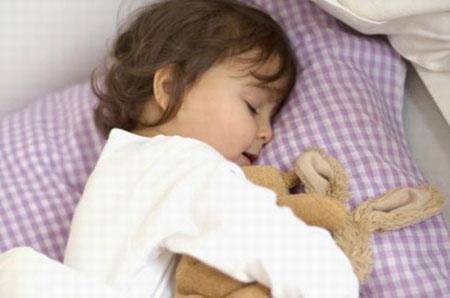 Việc lạm dụng quá nhiều và sử dụng điều hòa không đúng cách sẽ làm cho trẻ mắc các bệnh về hô hấp như viêm mũi, viêm phế quản, viêm phổi, đau họng…