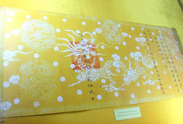 Sắc phong thời Bảo Đại được đóng bởi ấn vàng dấu đỏ