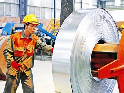 giảm thuế cho doanh nghiệp là mũi tên trúng nhiều đích (trong ảnh: lao động ngành thép). Ảnh: Hồng vĩnh