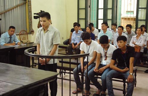 Nguyễn Quang Hưng (19 tuổi) đứng trước tòa nghe xử án vì tội giết người vượt quá giới hạn phòng vệ chính đáng. Đằng sau là 3 bị cáo đã tham gia cùng nạn nhân tấn công Hưng.