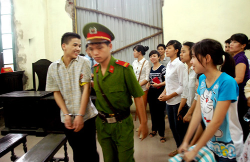 Hưng và mọi người trong phiên xử cười hạnh phúc sau khi tòa tuyên án.