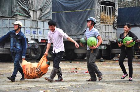 Xe chở dưa hấu ùn tắc ở cửa khẩu Tân Thanh dẫn đến tình trạng cướp bóc.