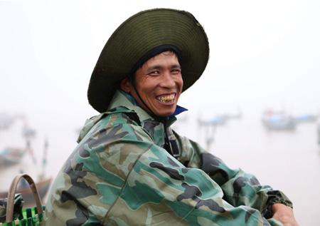 Và nụ cười chiến thắng của một ngư dân sau nhiều ngày đánh bắt ngoài khơi xa.