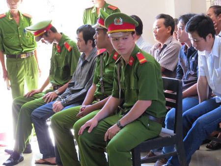 Các bị cáo nguyên sĩ quan công an chiều 3.4; Thành mặc thường phục, ngồi hàng đầu