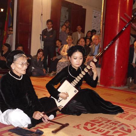 Nghệ nhân Nguyễn Thị Chúc (trái)  trong một canh hát ca trù.