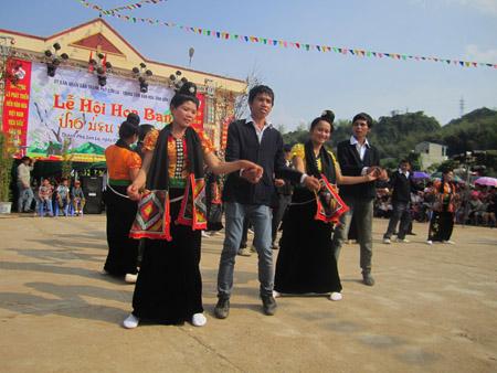 Một tiết mục văn nghệ trong đêm khai mạc Lễ hội Hoa ban TP.Sơn La.