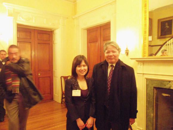 Tôn Hà Anh chụp ảnh cùng Bộ trưởng Bộ Tư pháp Hà Hùng Cường