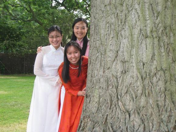 Ngọc Thảo (áo đỏ) cùng với các bạn của mình