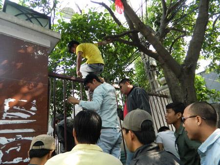 """Cảnh lộn xộn trước cổng trường ĐH Hùng Vương TP.HCM trong buổi """"chuyển tài sản"""" do hiệu trưởng tạm quyền Tạ Thị Kiều An chỉ đạo."""