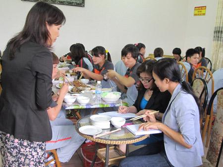 Chuyên gia dinh dưỡng của Nutifood và Trung tâm Dinh dưỡng TP.HCM đang khảo sát bữa ăn thực tế của các cầu thủ.