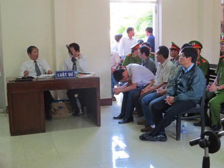 5 bị cáo nguyên công an và 2 luật sư bào chữa cho Nguyễn Thân Thảo Thành