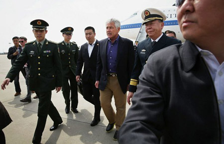 Bộ trưởng Quốc phòng Mỹ Chuck Hagel là người nước ngoài đầu tiên đặt chân lên tàu sân bay Liêu Ninh của Trung Quốc.