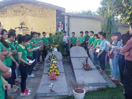 Các bạn trẻ quây quần cầu nguyện bên các nấm mộ thai nhi.